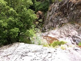 Remontée du Haut-Velacu : au-dessus des dalles noires rejointes par une vire horizontale