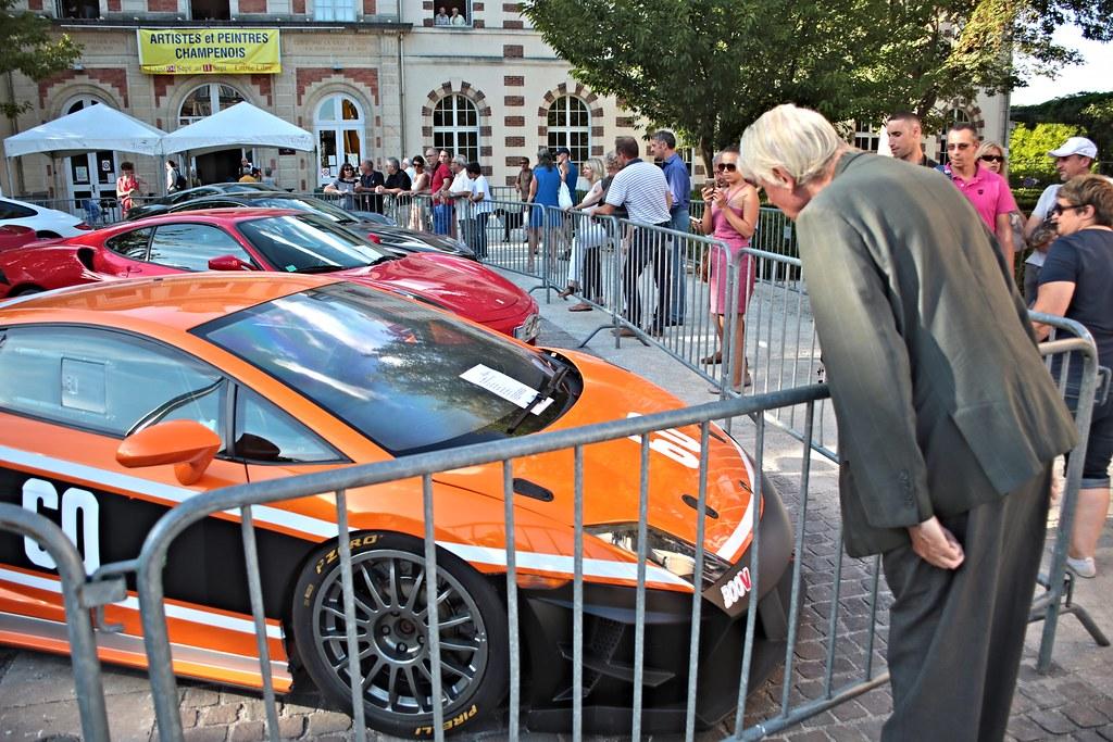 Le Monsieur En Costume Et La Lamborghini Exposition De Bol Flickr