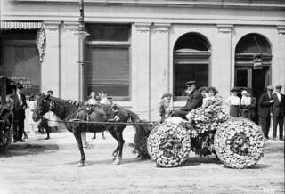 Floral buggy in the Labour Day parade, Front St. / Boghei orné de fleurs au défilé de la fête du Travail, rue Front