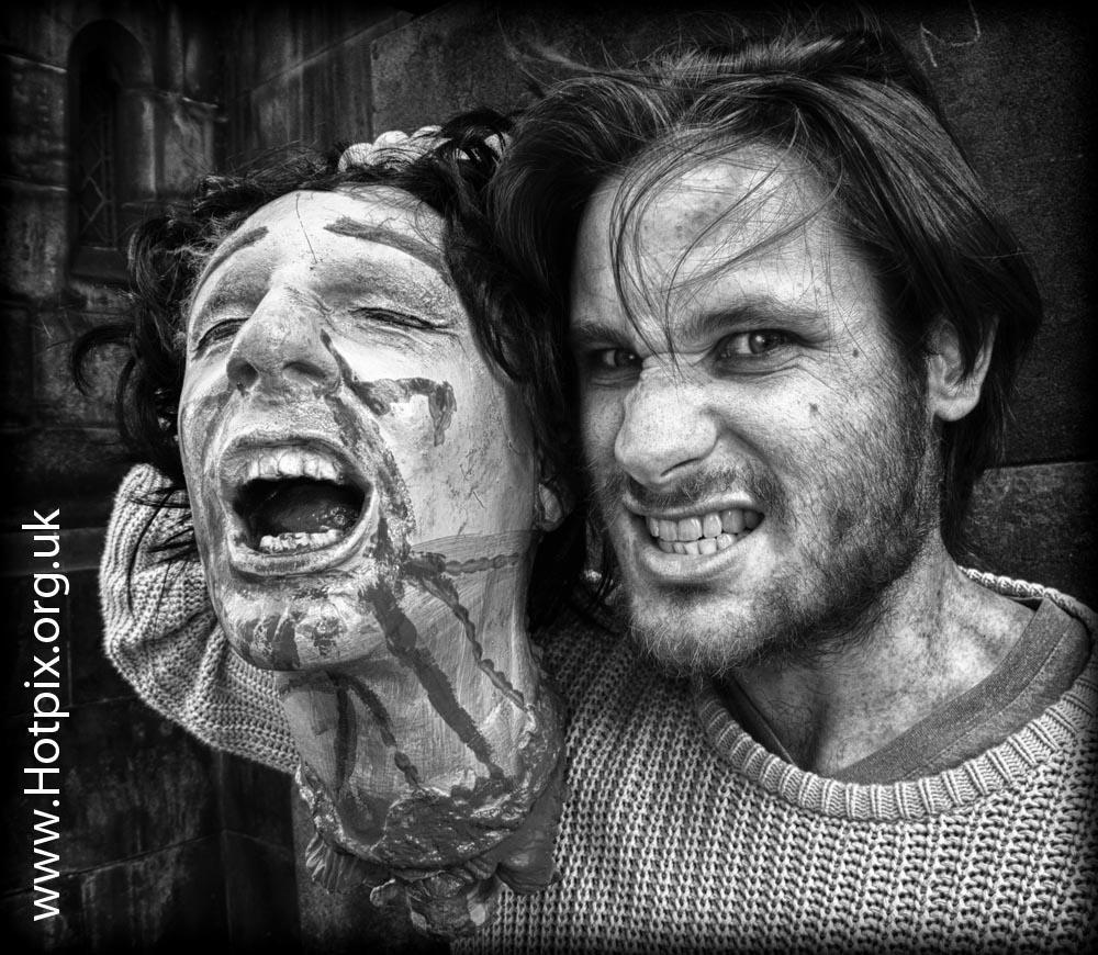 fringe2012,fringe,2012,Edinburgh,Edinburghfringe,high,st,street,royal,mile,tattoo,actor,performer,with,severed,head,blood,horror,gore,b/w,mono,black,white,monochrome,hdr,tony,smith,tonysmith,hotpix,tonysmithhotpix