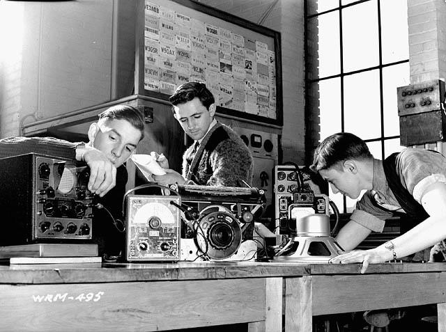 Ottawa Technical School students studying to become radio technicians and mechanics with the R.C.A.F / Des étudiants de l'école technique d'Ottawa étudient pour devenir techniciens radio ou mécaniciens dans l'Aviation royale du Canada