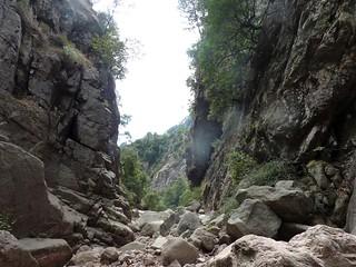 Remontée du Haut-Velacu : la brèche au-dessus de la cascade de 30m