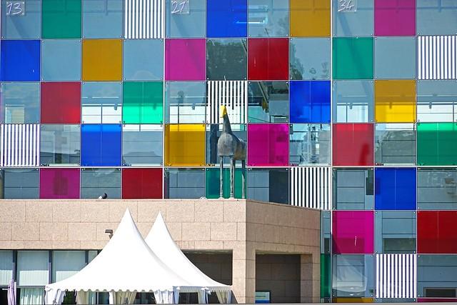 La façade du musée d'art moderne et contemporain transformée par D. Buren (Strasbourg)