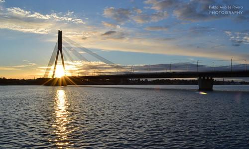 riga sunset atardecer puente bridge vanšu latvia letonia river rio daugava waterfront water sonnenuntergang crépuscule