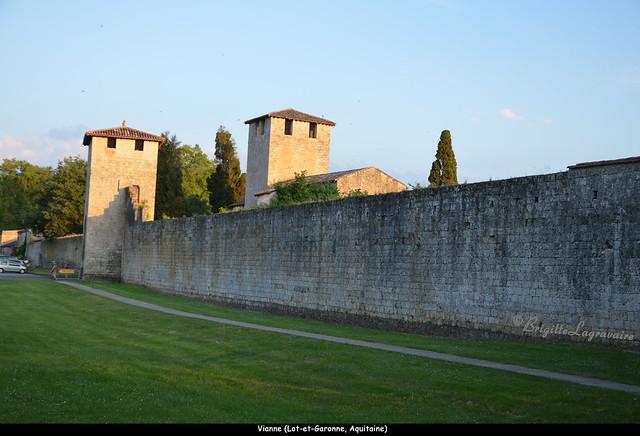 Vianne, la tour nord-est et le clocher, dans la lumière du soir