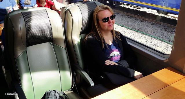 Jenni junassa matkalla Ollantaytambosta Aguas Calientesiin