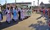 Aufmarsch der Jugendtanzgruppe in schwäbischer Tracht. Die Jugendgruppe wurde von der Gemeinde aufgestellt und ihre Auftritte bei festlichen offiziellen Dorfveranstaltungen sind inzwischen Tradition.