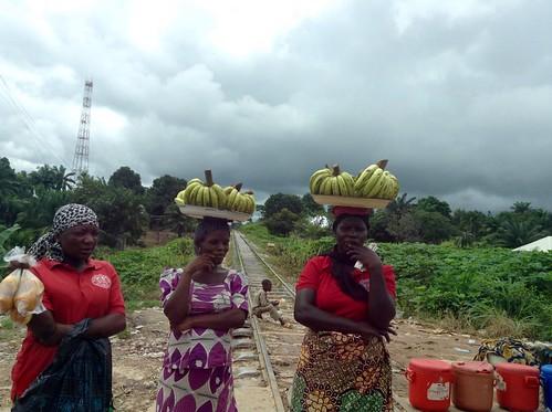 womenhawkingbananasinnasarawa nigeria jujufilms africanculture jujufilmstv roadsidehawking photography photojournalism