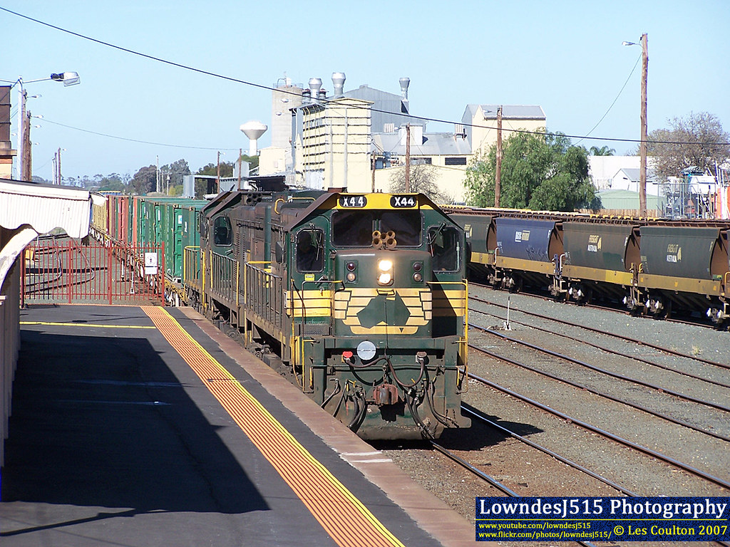 X44, X31 & T402 at Echuca by LowndesJ515