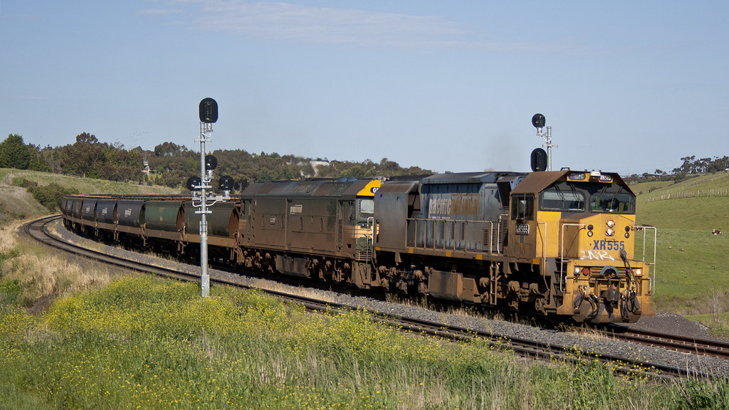 XR555 and G528 at Bell Post Hill by michaelgreenhill