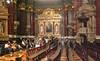 In der St.-Stephans-Basilika, seit ihrer Einweihung 1905 die größte Kirche der ungarischen Hauptstadt. Im Innern finden bis zu 8500 Menschen Platz.