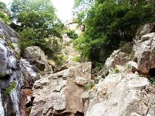 Remontée du Haut-Velacu : les dalles noires, le ressaut  et le boyau végétal après la cascade de 30m