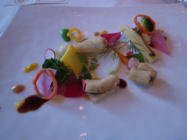 <p>d) アナゴのフリット&amp;彩り野菜のッジャルディーヌ仕立て</p>