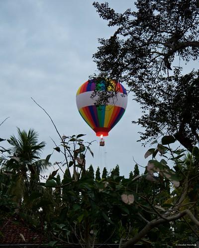 thechediclub ubud bali indonesia ballon hot hotair air hotairballon sunset goldenhour chedi thechedi pentax pentaxart clouds sunrise cielo albero erba pentaxk30 pentax18135
