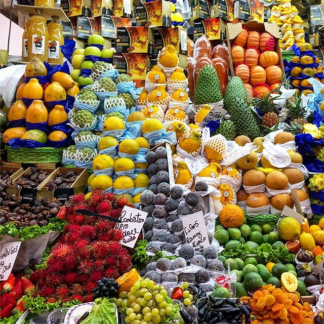 Banca de frutas nacionais e exóticas no Mercadão 🍎🍐🍋🍓 #sp #mercadomunicipal . . . . . . . #saopaulo #mercadomunicipalsp #bancafrutas #fruits #tropical #exotic #food #sp #trip #travel #brasil #colorful