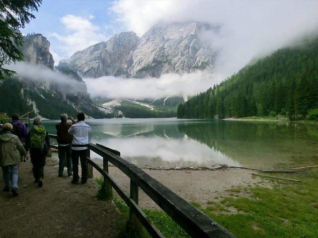 Eine denkwürdige Reisegesellschaft auf dem Weg durch die Alpen betrachtet das Spiegelbild der Berge, wo vor den Augen der Nebelball den Kometen gleich, die im Verbleichen sind, die Vergangenheit zur Zukunft wird  2012-052