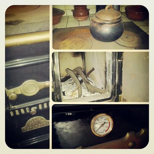 """Mi vieja cocina sigue dando el calor que necesito para que mis viejos huesos no """"tiriteen"""" ante tanta frialdad de los sentimientos dormidos por el yugo de la novedad. #Tenerife #canaryisland #Canarias #iger #igercanarias #instagram #antiguo #muebles   by Pedro Baez Diaz @pedrobaezdiaz"""