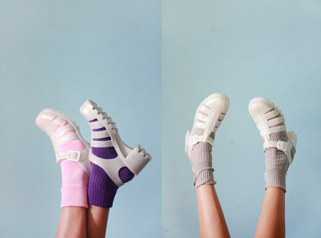 966826d6ca23 ... Tarte Vintage white 90s fashion jelly sandals with colored socks
