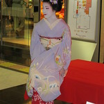 Maiko, Fukusato, with a fan at Kyoto city in Japan: 舞妓、ふく里、京都