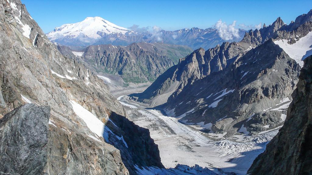 Widok w przełęczy do doliny Adyr Su i na lodowiec Shkheldy. W oddali Elbrus 5642m