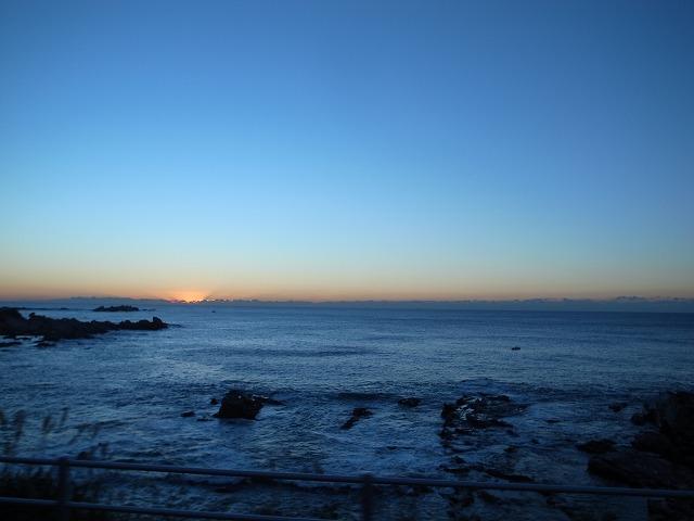 <p>a)朝日が昇り始めます。</p>