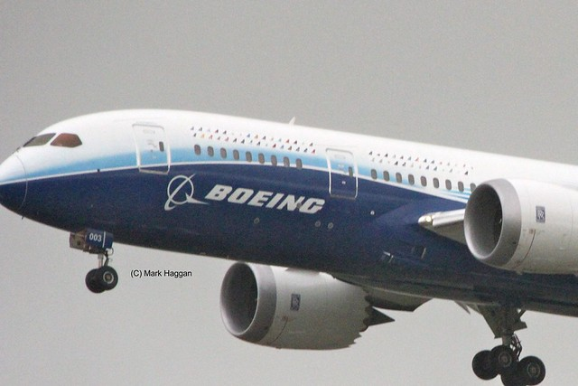 A Boeing 787 Dreamliner on approach to East Midlands Airport
