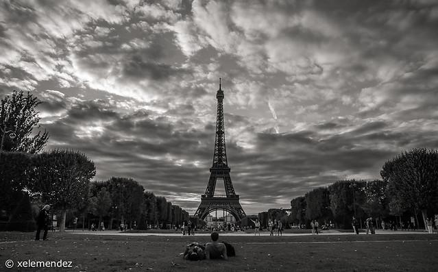 Torre Eiffel- Viendo atardecer en ByN