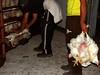 תרנגולים בהובלה מוחזקים הפוכים ביד