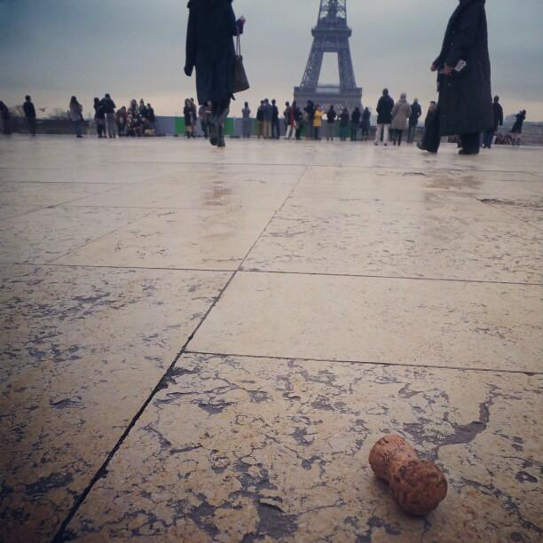 #paris #tour_eiffel #instagram #igersparis #shootermag #galaxycamera Bouchon de champagne.  Un début de fête sur le parvis.