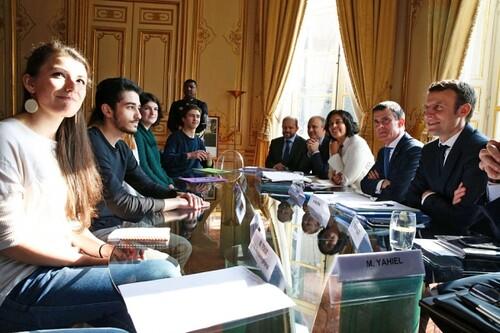 圖04.3月11日,法国总理瓦尔兹、劳工部长库姆里和经济部长马克隆在马提尼翁府接待法国大学和高中学生会代表。(AFPGetty Images)