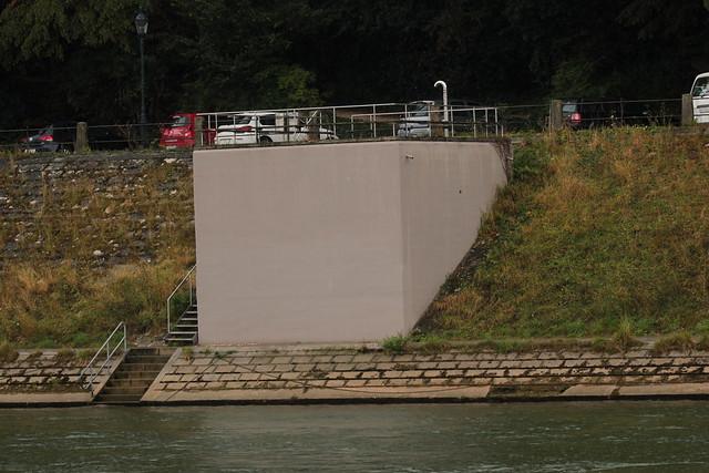 Infanteriebunker Mühleberg A 2871 ( Bunker Militärbunker - A2871) des Stadtkommando Basel der Grenzbrigade 4 aus der Zeit des zweiten Weltkrieg am Ufer des Rhein - Hochrhein im Kanton Basel Stadt der Schweiz