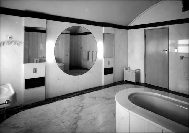 Bathroom of Mr T.A. Field, Turramurra, Sydney, 193- / photographer Sam Hood