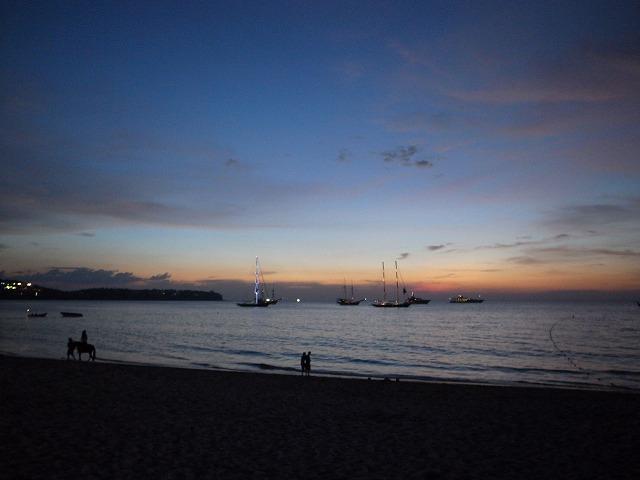 <p>g)夕暮れ時のバンタオビーチ</p>