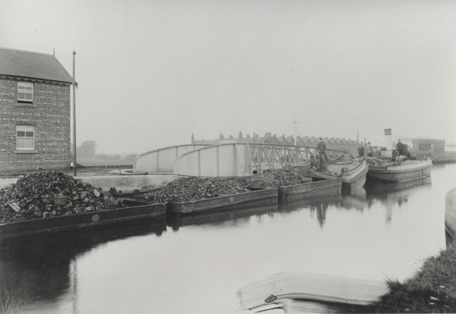 'Tom Pudding train' on the canal at Goole 1882 (archive ref DDX882-19)