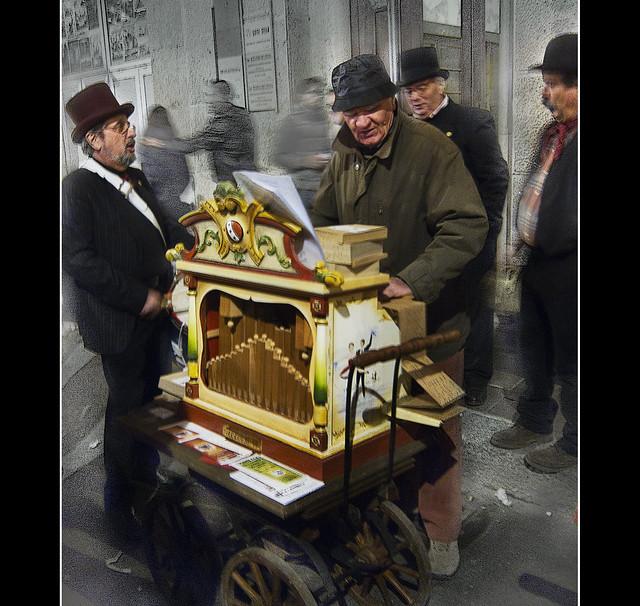 Artisti di strada: orchestra folclorica con organetto di barberia