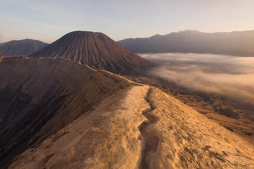 tamannasionalgunungbromotenggersemeru rim crater sunrise bukat mountbromo people volcanoes scale misty landscape foggy indonesia java laharplain sukapura jawatimur id