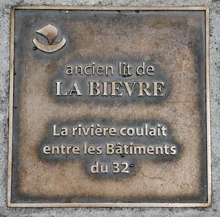 Ancien lit de la Bièvre - brass plaque in the sidewalk - 33 rue Geoffroy St-Hilaire, Paris 5th arr