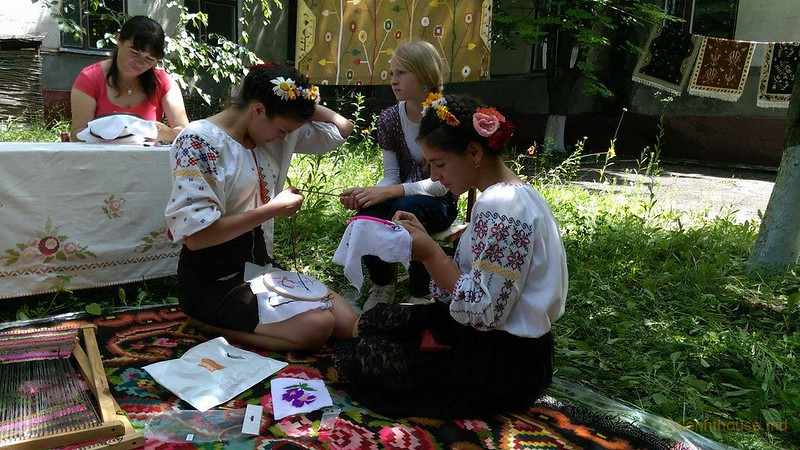 Люба Чегаровская Юные  вышивальщицы