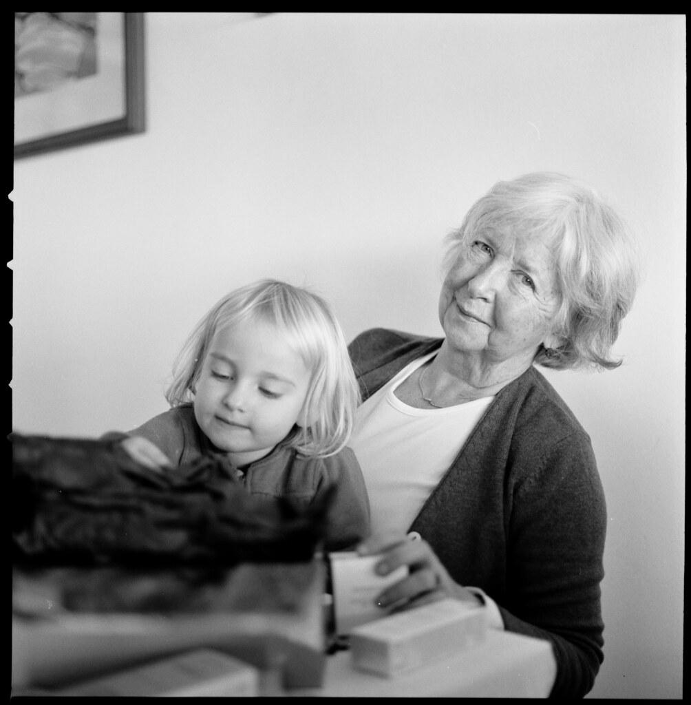 Retired teacher with grandchild / Insegnante in pensione con nipotina
