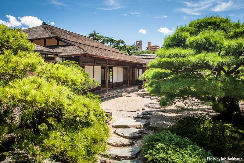 Acceso a la casa de té de los jardines Ritsurin