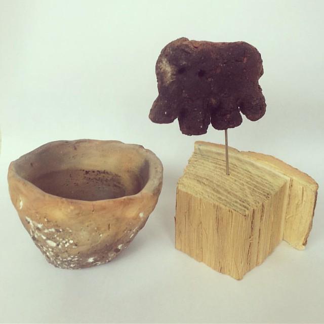 自作の、土器の器と、土偶。最近焼いた。器は下手だけど思うようにできた。土偶は、土と焼き方を工夫したけど失敗が多かった。