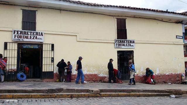 Ihmisiä talon edessä Cuscossa