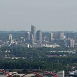 Skyline der Essener Innenstadt vom Tetraeder aus gesehen - Entfernung des RWE-Turms (höchstes Bauwerk) circa zehn Kilometer