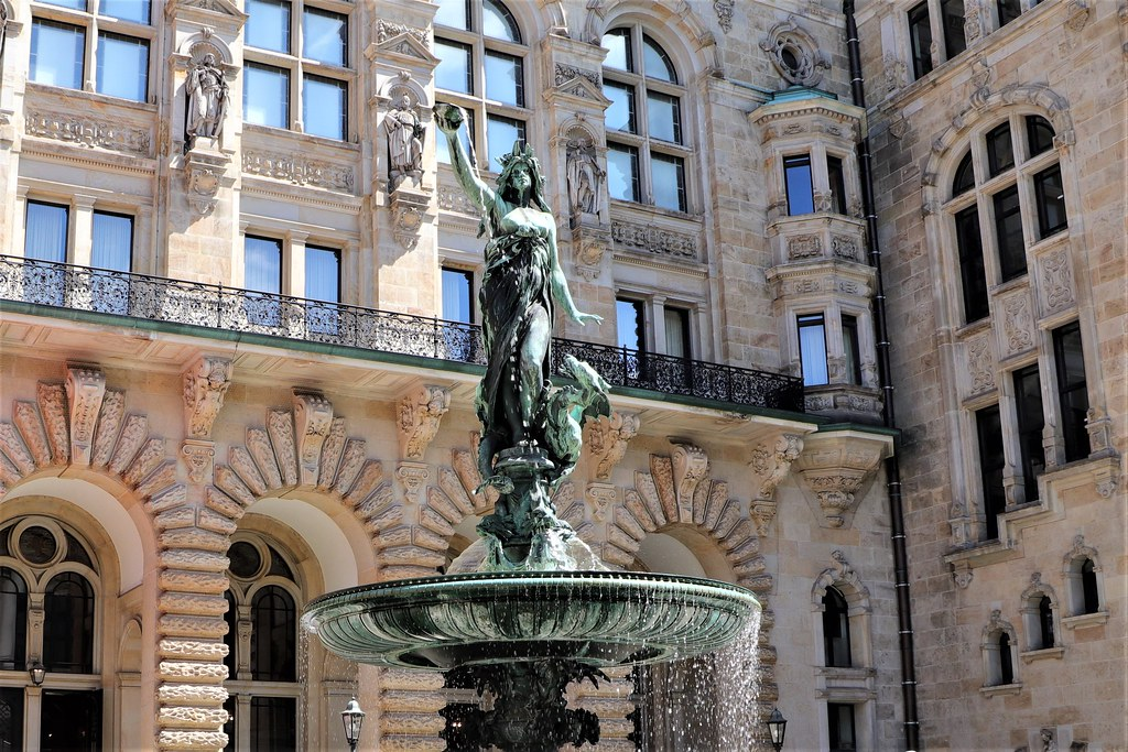 Brunnen Hamburg.Hygieia Brunnen Rathaus Hamburg Die Weibliche Bronzefigur