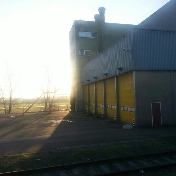 uitzicht van stilstaande trein ergens tussen Leiden en Amsterdam