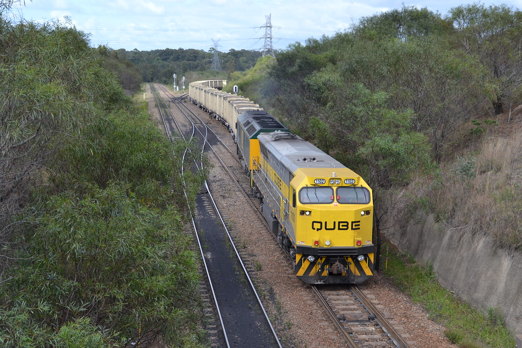 1102-RL305 loaded QUBE containerised coal @ Mayfield West by LOCOPOWER
