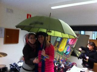 Obsequiamos a todos los voluntarios con un paraguas decorado por nosotros.