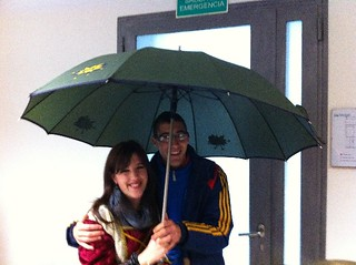 Cantamos bajo el paraguas.