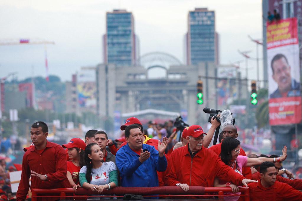 La Marea Roja en favor de la Revolución Bolivariana toma Caracas - Hugo Chávez vive en nuestros corazones y en nuestros cerebros siempre