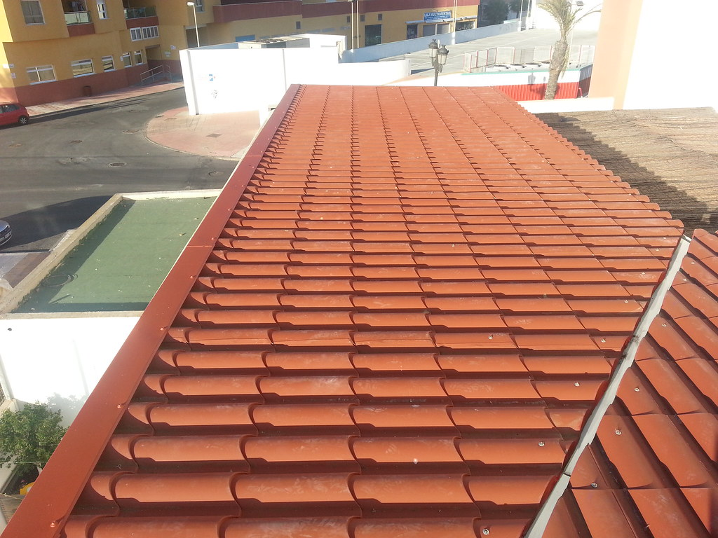 techo de panel teja colocado sobre estructura metálica.